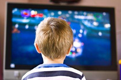 El sobrepeso en los niños, asociado a las horas frente al televisor y las horas de sueño