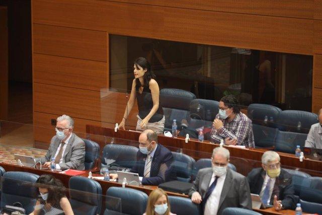 La diputada de Podemos Isa Serra realiza una pregunta en la sesión de control al Gobierno en la Asamblea de Madrid en la que se debate sobre derechos LGTBI, medicalización de residencias y un plan para Barajas, en Madrid (España), a 2 de julio de 2020.