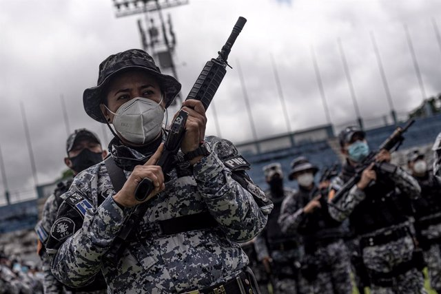 Policías con mascarilla en San Salvador
