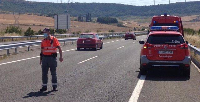 Un agente de Seguridad Vial de Policía Foral regula el tráfico en el lugar del accidente