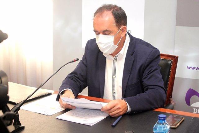 El presidente de la Diputación de Soria, Benito Serrano, explica los acuerdos de la Junta de Gobierno.