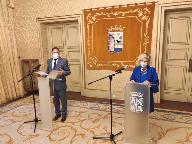 La consejera de Sanidad de Castilla y León junto al alcalde de Salamanca.