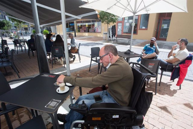 Un hombre toma café en el barrio de A Milagrosa de Lugo el pasado 29 de agosto.