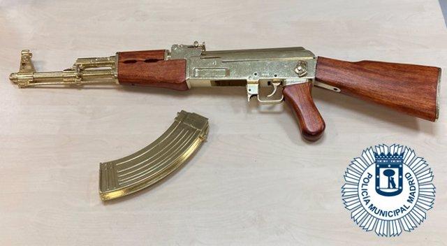 Agentes de la Policía Municipal de Madrid denuncian a un individuo que trasladaba una imitación de un fusil de asalto AK- 47