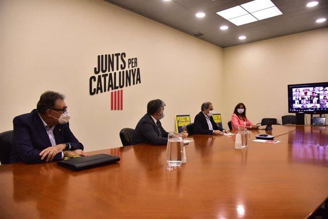 (E-D) El senador de JxCat Josep Lluís Cleries; el portaveu de la formació al Parlament, Albert Batet; el president de la Generalitat, Quim Torra; i la portaveu del partit al Congrés dels Diputats, Laura Borràs.