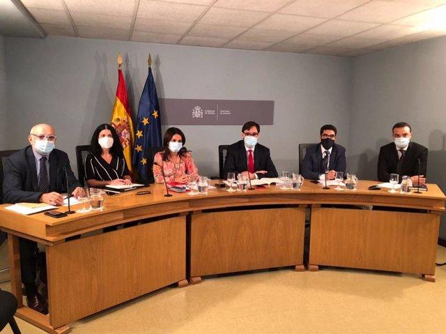 De izquierda a derecha, Rodrigo Gutiérrez, Patricia Lacruz, Silvia Calzón, el ministro Salvador Illa, Alberto Herrera y Alfredo González.