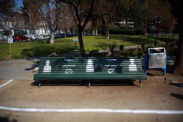 Bancos con medidas de distanciamiento en Santiago, Chile