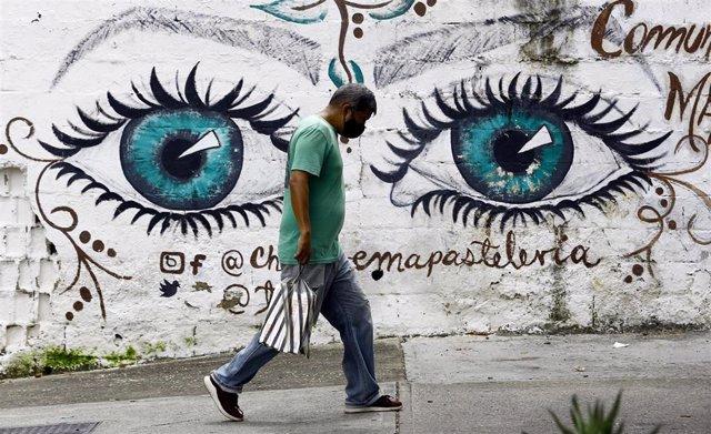 Un hombre con mascarilla en la ciudad venezolana de Carabobo