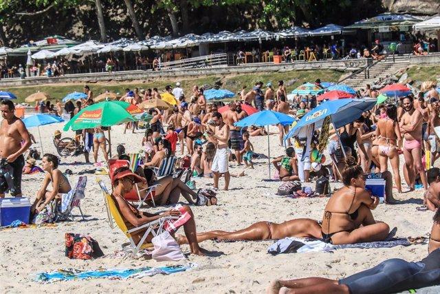 Algunas de las principales playas de Río de Janeiro y Sao Paulo, los estados más afectados por la pandemia en Brasil, han vuelto a estar ocupadas por los bañistas una vez se ha iniciado la desescalada de las restricciones.