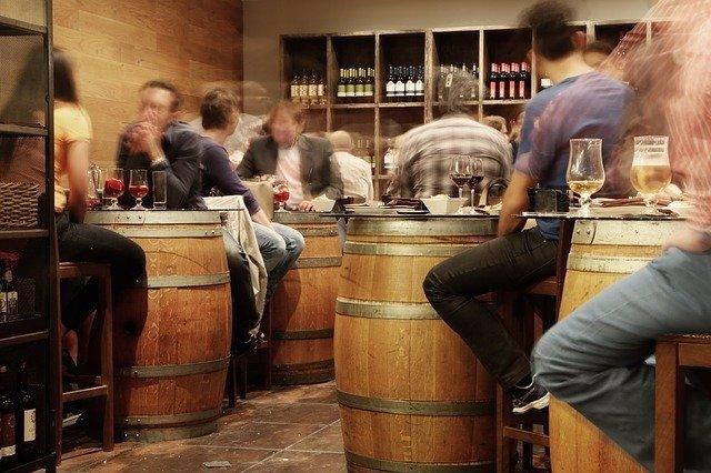 Bar. Gente consumiendo bebidas.