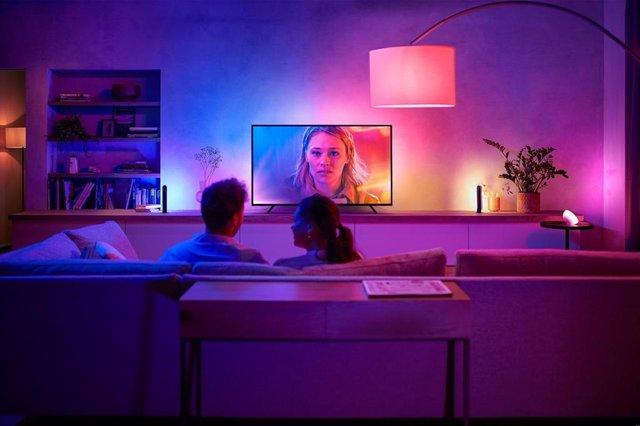 La tira de luz Philips Hue Play Gradient lleva el efecto Ambilight a televisores