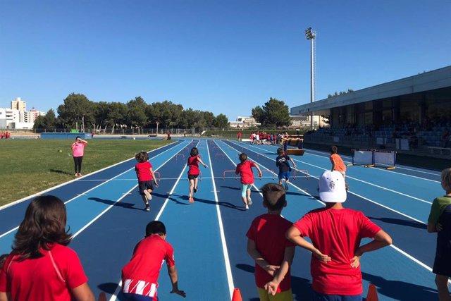 Niños y niñas practicando atletismo en una de las actividadades de Suma't.