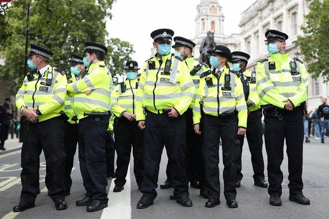 Policías con mascarilla en Londres