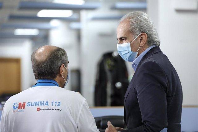 El consejero de Sanidad, Enrique Ruiz Escudero, mantiene una conversación con un trabajador sanitario. Archivo.