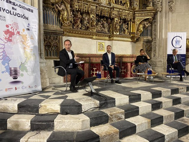 Iñaki Gaztelumendi, periodista; el director general de TurEspaña, Miguel Sanz; la directora regional para Europa de OMT, Alessandra Priante, y el presidente de CEAV, Carlos Garrido.