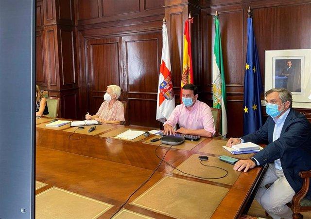 En el centro, el presidente de la Diputación de Almería, Javier Aureliano García