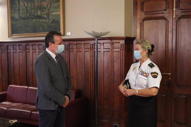 El presidente de la JGPA, Marcelino Marcos, recibe a la jefa superior de Policía de Asturias, Luisa María Benvenuty.