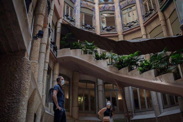 Dos visitantes observan el Patio Interior de La Pedrera , en Barcelona, Cataluña (España), a 15 de julio de 2020.