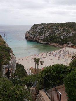Bañistas en la Playa de Cala en Porter (Alaior, Menorca).