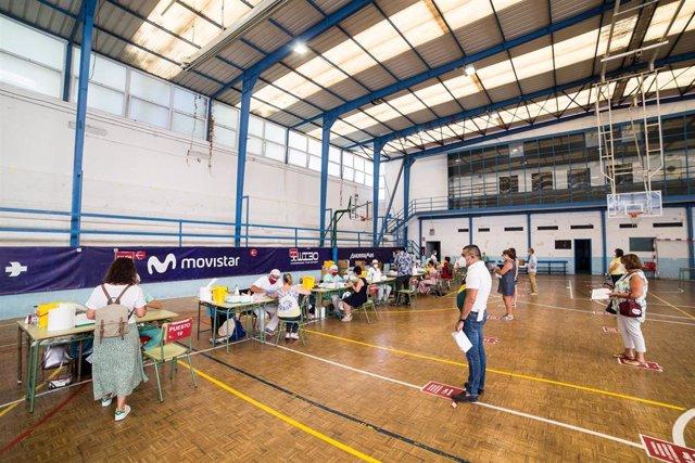 Varias personas se realizan test de coronavirus en el IES Ramiro de Maeztu