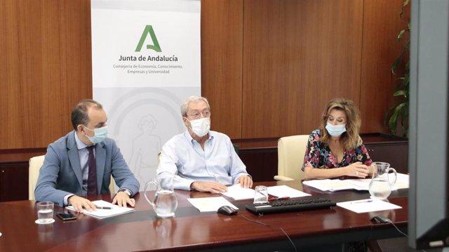 El consejero de Economía, Rogelio Velasco, en una imagen de archivo de una reunión con grupos investigadores.
