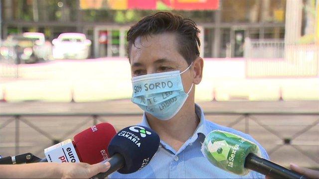 Marcos Lechet, sordo desde los 5 años, quien ha entregado este jueves en el Ministerio de Sanidad las más de 70.000 firmas que ha recogido solicitando la homologación de mascarillas transparentes que permitan la lectura labial.