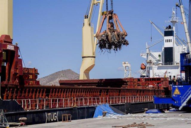 Un buque carga chatarra en el puerto de Cartagena