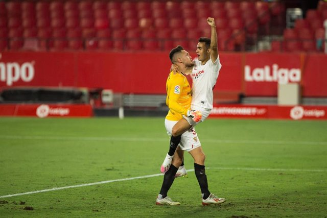 Sergio Reguilón celebra con Lucas Ocampos la victoria del Sevilla ante el Eibar en LaLiga Santander 2019-2020