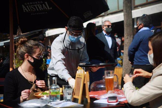 Clientes de un restaurante en Santiago, Chile