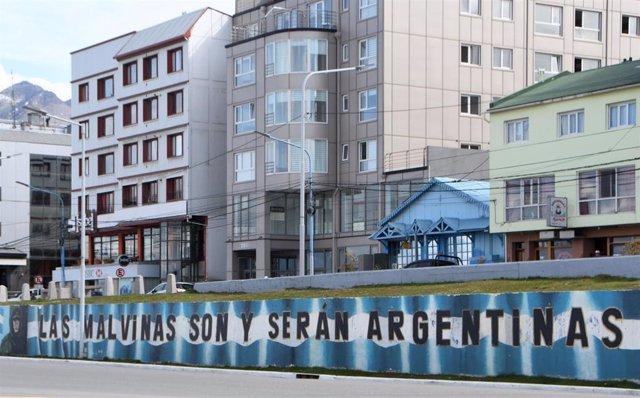Mural que reivindica la soberanía de Argentina sobre las islas Malvina, bajo administración británica, tras el conflicto armado de 1982 que dejó un saldo de 900 muertos en apenas dos meses de guerra