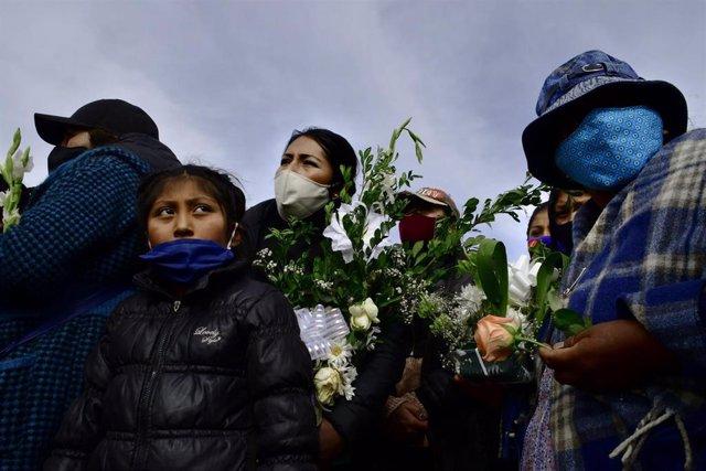 Un grupo de personas asiste a un funeral celebrado en La Paz, oeste de Bolivia, en memoria de una víctima del nuevo coronavirus.