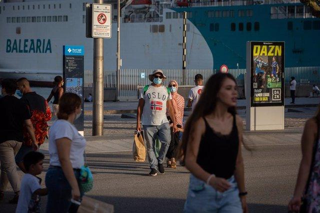 Un grup de persones camina per Barcelona, Catalunya (Espanya), 28 de juliol del 2020.