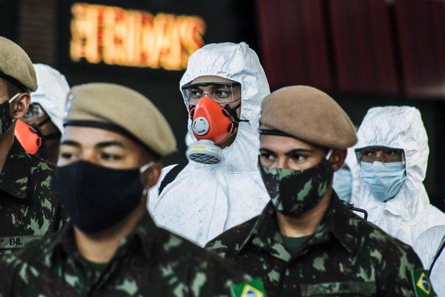 Militares del Ejército de Brasil durante las labores de desinfección del aeropuerto de Sao Paulo.