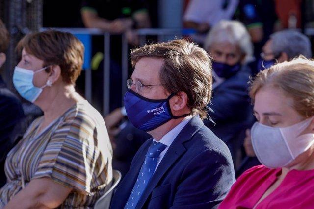 El alcalde de Madrid, José Luis Martínez-Almeida, junto a la delegada del Área de Portavoz, Seguridad y Emergencias, Inmaculada Sanz, asiste al acto de homenaje a los diez bomberos fallecidos en el incendio de los Almacenes Arias, en Madrid  (España), a 4