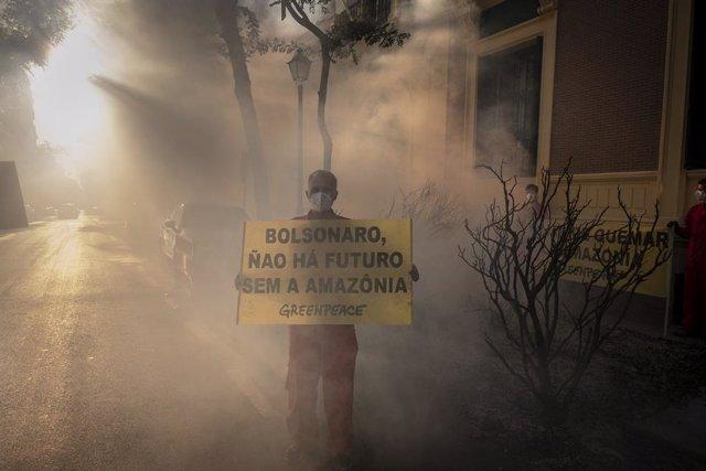 """Greenpeace simula un """"incendio"""" ante la Embajada de Brasil para pedir mayor prot"""