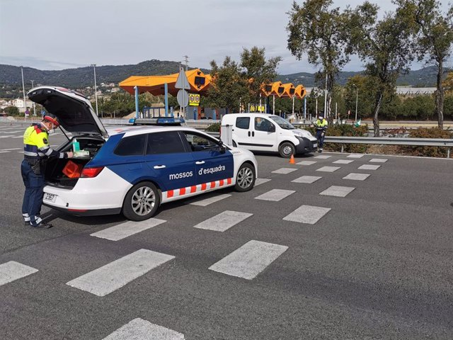 Un control de trànsit dels Mossos d'Esquadra en el peatge de Vilassar de Mar (Barcelona).