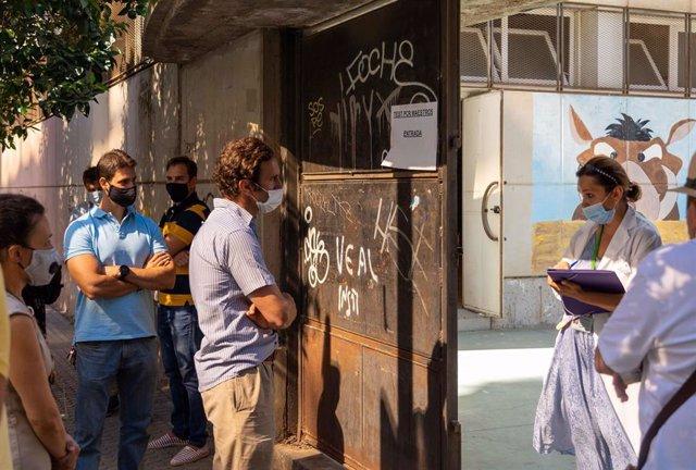 Profesores esperan en la puerta del instituto Murillo de Sevilla,a que le realicen las pruebas de PCR