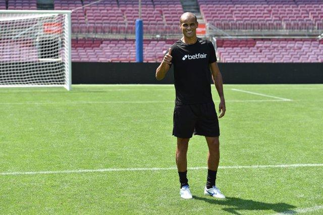 L'exjugador de futbol i ambaixador de Betfair Rivaldo, a la gespa del Camp Nou