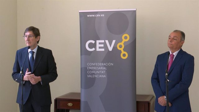 El presidente de Bankia, José Ignacio Goirigolzarri, y el presidente de la Confederación Empresarial de la Comunitat Valenciana (CEV), Salvador Navarro, tras una reunión en València