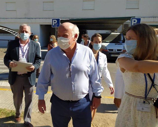 El consejero de Salud y Familias de la Junta de Andalucía, Jesús Aguirre, a su llegada el Reina Sofía de Córdoba.