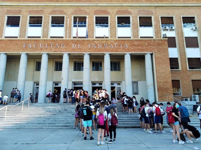 Alumnos en la UCM antes de hacer la EvAU en julio de 2020.