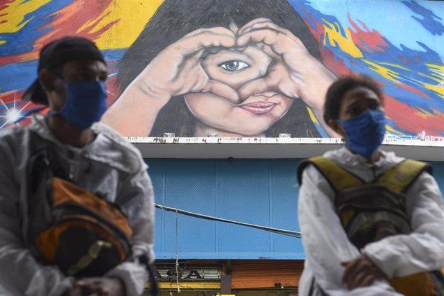 Personas con mascarilla en Caracas