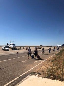 Viajeros procedentes de Palma de Mallorca en el aeropuerto Lleida-Alguaire.