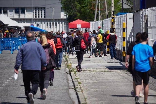 Varias personas aguardan en cola para poder entrar en el mercadillo de Pamplona el primer dia de retorno de apertura