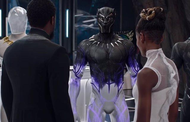 Chadwick Boseman y Letitia Wirght en Black Panther