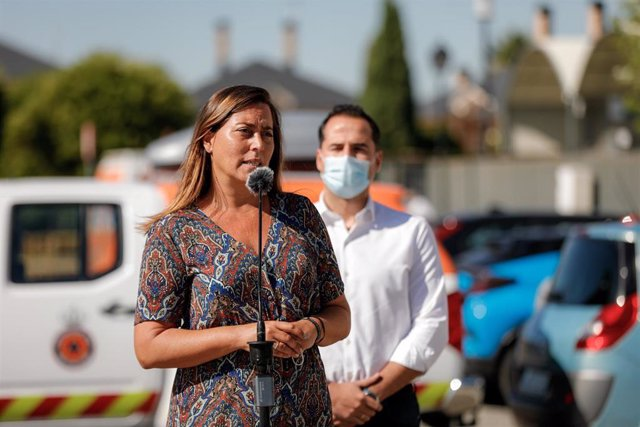 La alcaldesa de Arroyomolinos, Ana Millán, realiza declaraciones durante la visita del vicepresidente de la Comunidad de Madrid, Ignacio Aguado, al dispositivo para la realización de un estudio de seroprevalencia en el municipio.