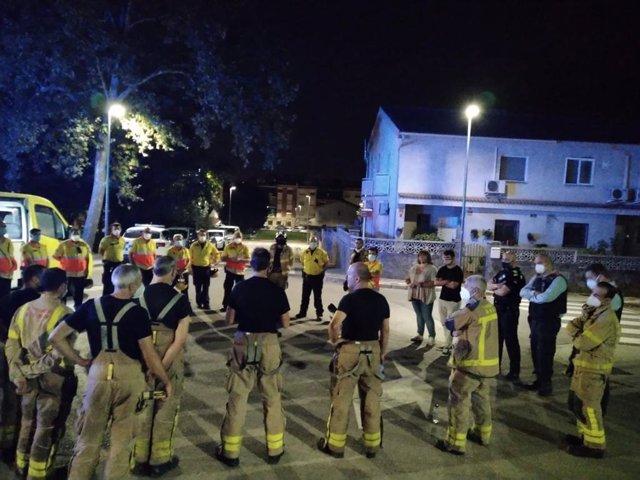 El Sem y los equipos de emergencia durante la operación en el incendio en Palau-solità i Plegamans (Barcelona).