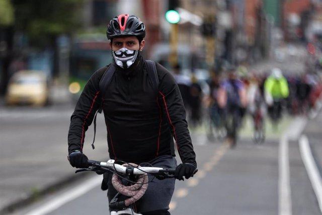 Un ciclista con mascarilla por el coronavirus en Bogotá.