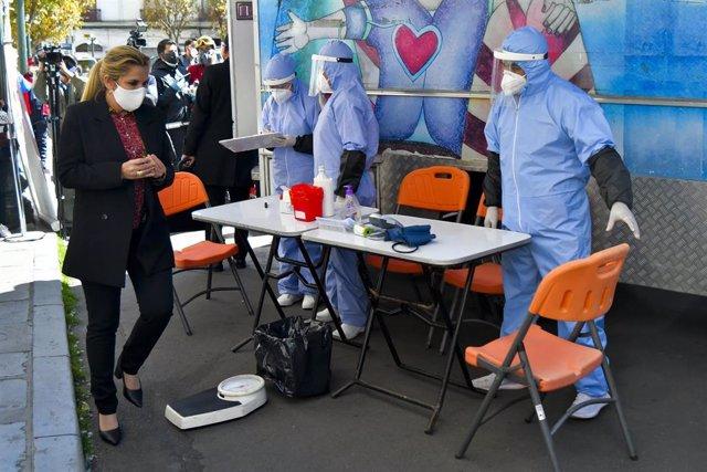 La presidenta interina de Bolivia, Jeanine Áñez, en una reciente campaña de donación de sangre.