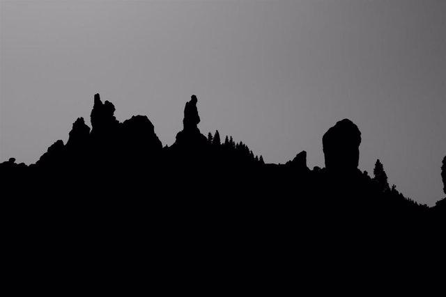 Silueta de montañas de Gran Canaria, con el Roque Nublo